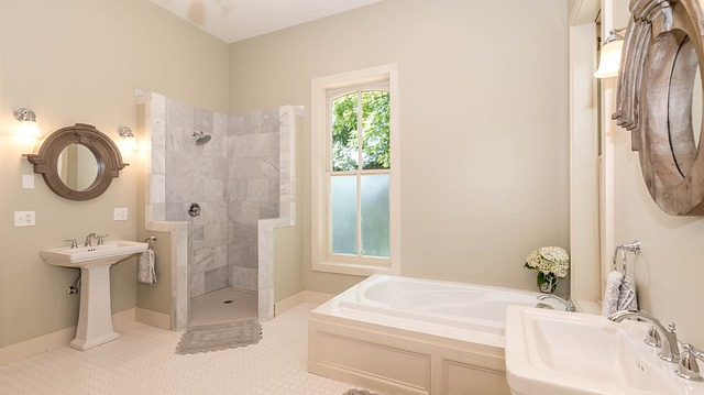 ładna biała łazienka